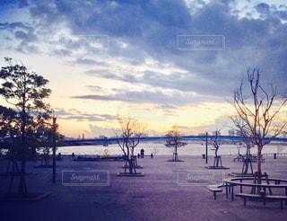 水面に沈む夕日の写真・画像素材[807190]