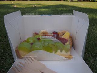 テーブルの上に座って食品のボックスの写真・画像素材[796244]