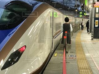 北陸新幹線E7系とグランクラスアテンダント - No.794650
