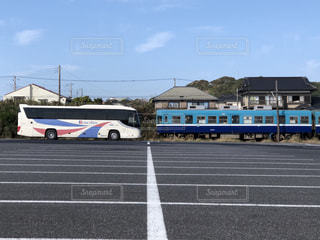 銚子電鉄3000形と京成バスの写真・画像素材[832697]