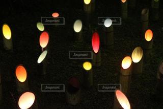 夜に座っている人々 のグループの写真・画像素材[794927]