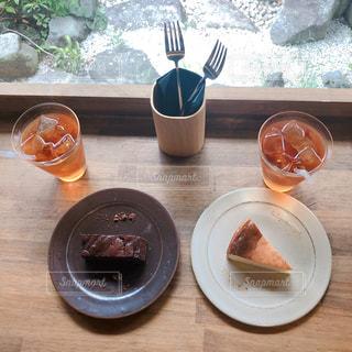 テーブルの上に食べ物のプレートの写真・画像素材[1479625]
