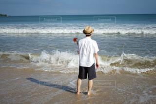 海の横にある砂浜に立っている人 - No.795291