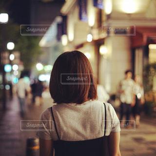 通りを歩く女性の写真・画像素材[795302]