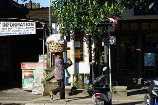 頭の上にカゴを乗せて歩く人 バリ島ウブドの写真・画像素材[795309]