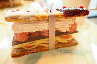 近くの皿にサンドイッチをの写真・画像素材[795328]
