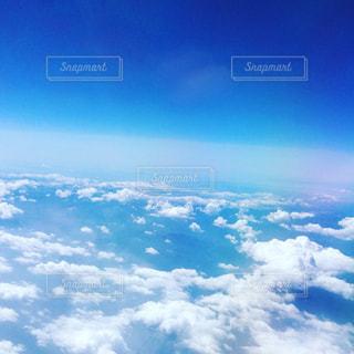 雲と青い空の眺めの写真・画像素材[1327726]