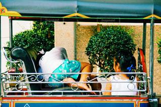 トゥクトゥクの座席で遊ぶ女の子の写真・画像素材[859527]
