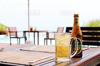海を眺めながらのビールの写真・画像素材[861658]