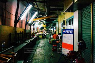 電車の駅で座っている人々 のグループの写真・画像素材[908569]