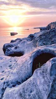 海岸でみた夕日の写真・画像素材[2255499]