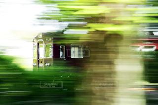 緑の中を走り抜けていく阪急の写真・画像素材[810572]