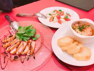 テーブルの上に食べ物のプレートの写真・画像素材[795705]