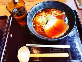 テーブルの上に食べ物のボウルの写真・画像素材[795771]