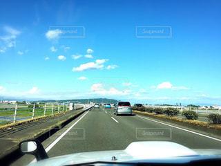 高速道路を運転している飛行機の写真・画像素材[795774]