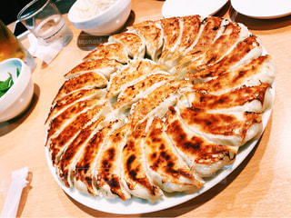 テーブルの上に食べ物のプレートの写真・画像素材[795783]