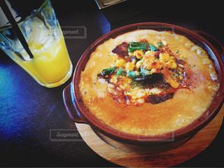 テーブルの上に食べ物のボウルの写真・画像素材[795926]