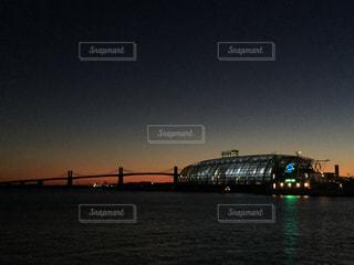水の体の上の橋の写真・画像素材[799634]