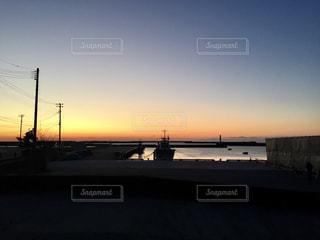 街に沈む夕日の写真・画像素材[1024039]