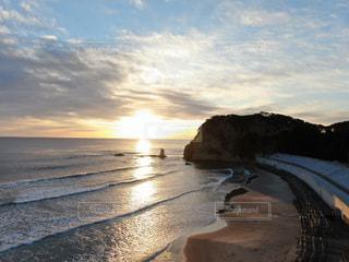 水の体の横にある砂浜のビーチの写真・画像素材[1700123]