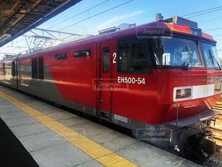 赤と黄色の列車が駅に引き寄せの写真・画像素材[2136636]