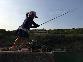 魚釣りをする少女 - No.795952