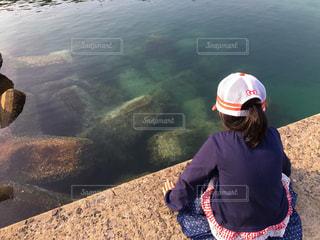 海をのぞき込む少女の写真・画像素材[795954]