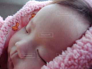 近くに赤ちゃんのアップの写真・画像素材[797918]