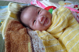 赤ちゃんのベッドの上で横になっています。の写真・画像素材[797919]
