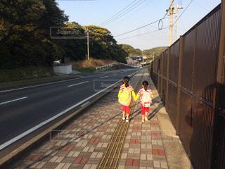 歩道を歩く少女 - No.797937
