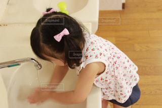 少女が手洗いの写真・画像素材[797939]