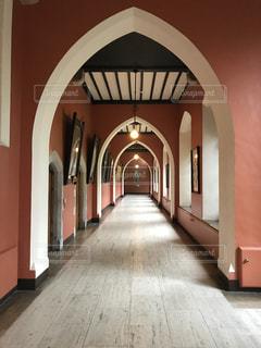 アイルランドのお城跡に作られた建物の廊下の写真・画像素材[795895]