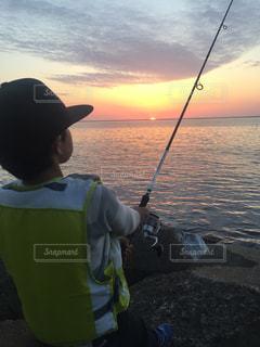 夕陽を眺めながら釣り - No.796101