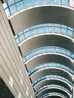 金属タワーの大型ビルの写真・画像素材[979762]