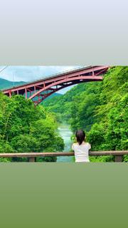 橋の上に立っている男の写真・画像素材[3392765]