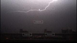 夜に見上げる雷の写真・画像素材[823982]