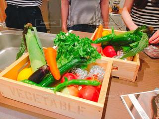 かわいいウッドボックスに鮮やかな野菜がたくさんの写真・画像素材[796305]