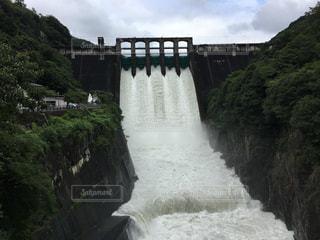 水の体の上を橋を渡る列車の写真・画像素材[796458]