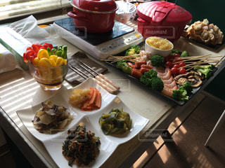 テーブルの上に食べ物の束 - No.796545