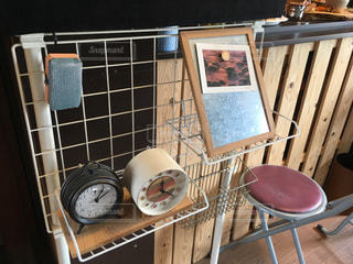 木製のテーブルの前に座っている椅子の写真・画像素材[796573]