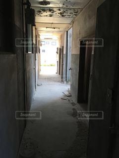 ドアを開けてバスルームが狭いの写真・画像素材[796800]