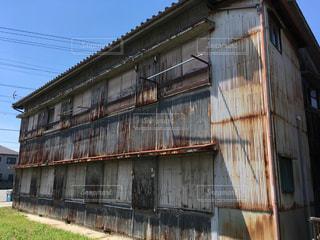 近くに古い建物のアップの写真・画像素材[796802]