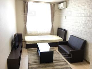 部屋の家具と大きな窓いっぱいの写真・画像素材[796824]