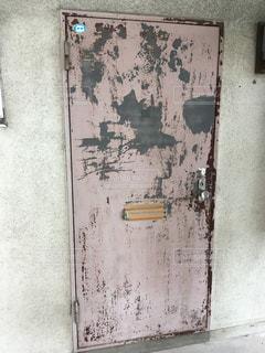 近くに汚いドアのアップの写真・画像素材[796840]