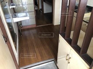 古いマンションの玄関の写真・画像素材[2389977]