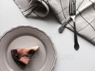 フォークとナイフを皿の上のケーキの一部 - No.801737