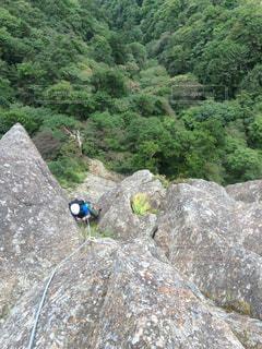 岩が多い丘の上に立っている人の写真・画像素材[796732]