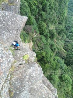 岩が多い山の背に乗る男の写真・画像素材[796733]