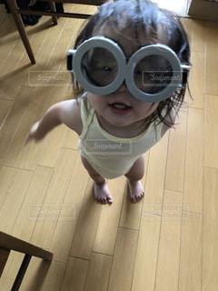 カメラに微笑む小さな女の子の写真・画像素材[2462732]