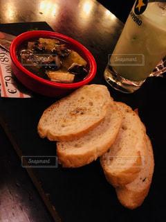 サンドイッチはテーブルに座っています。 - No.797149
